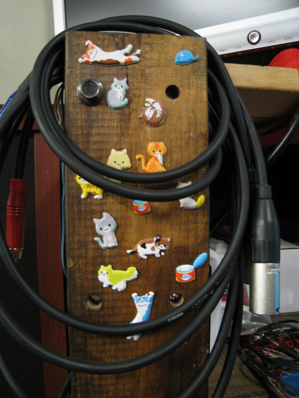 Коты на стойке стеллажа