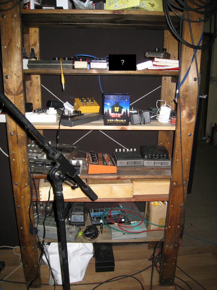 Стеллаж с гитарными эффектами и другим оборудованием