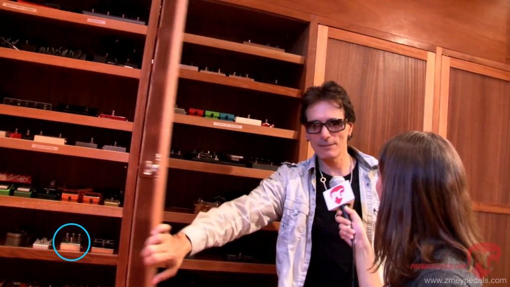 Стив Вай даёт интервью Premier Guitar, виден Аспид Драйв
